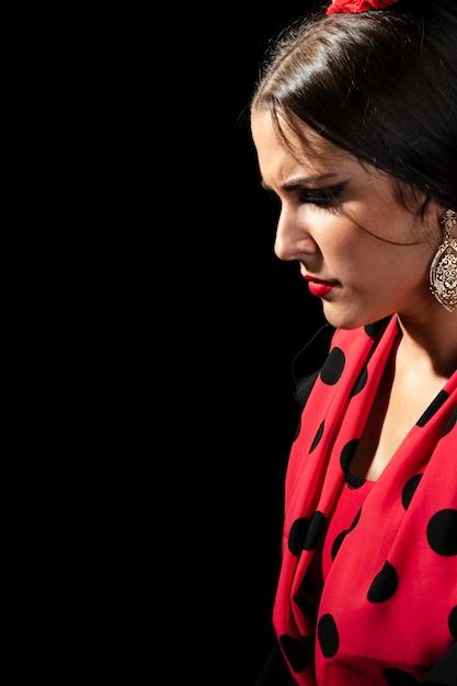 Nahaufnahme flamencafrau, die unten schaut Kostenlose Fotos