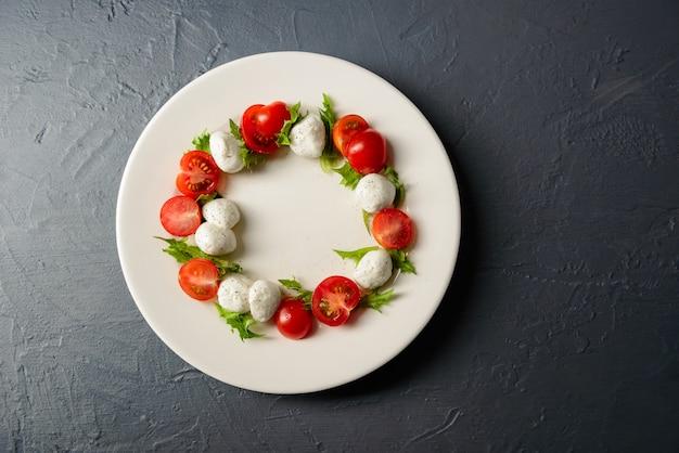 Nahaufnahme foto draufsicht der platte mit caprese salat, restaurant anordnung von lebensmitteln Kostenlose Fotos