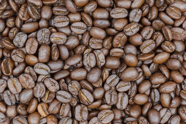 Nahaufnahme gebratener brauner kaffeebohnehintergrund. Premium Fotos