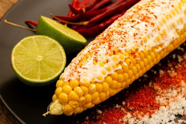 Nahaufnahme gekochter mais mit chilipulver Kostenlose Fotos
