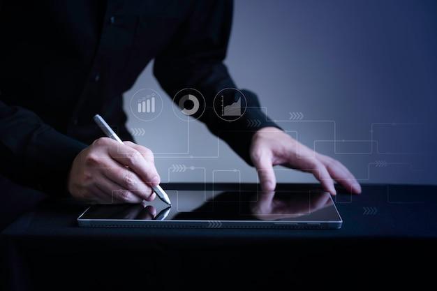 Nahaufnahme geschäftsmann handschrift auf digitalem tablet mit marketing-symbol grafik mit kopierraum, smart digital business und e-commerce-konzept Premium Fotos