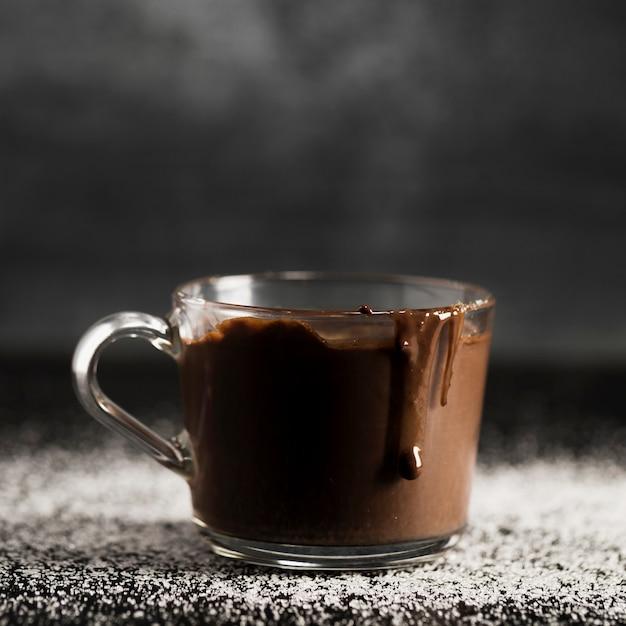 Nahaufnahme geschmolzene schokolade in einer transparenten schale Kostenlose Fotos