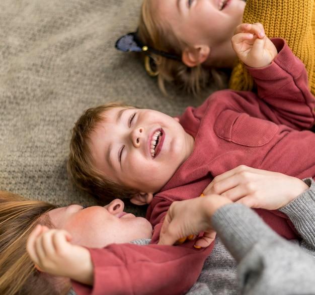 Nahaufnahme glückliche kinder mit mutter Kostenlose Fotos