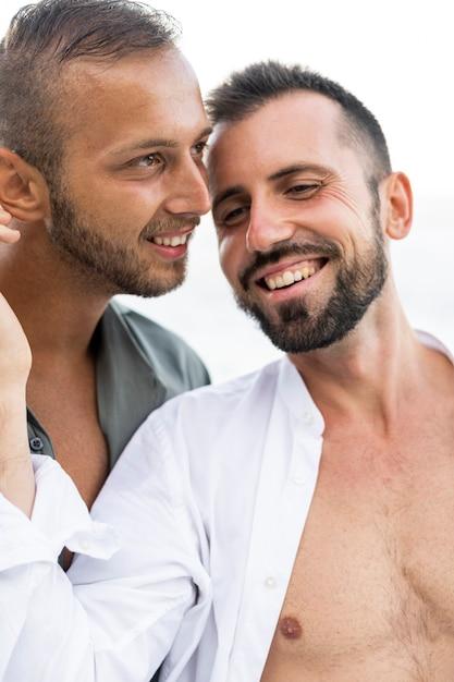 Nahaufnahme glückliche männer, die romantisch sind Premium Fotos