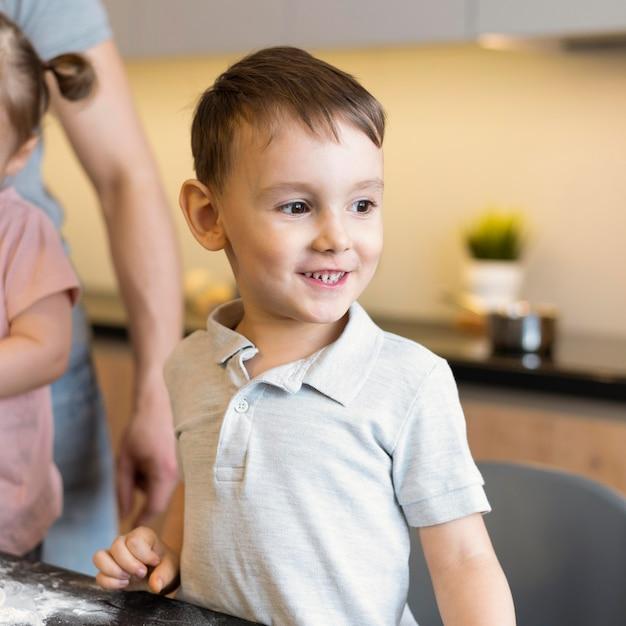 Nahaufnahme glückliches kind in der küche Kostenlose Fotos