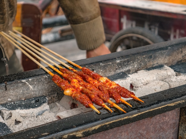 Nahaufnahme grill lamb street food in der antiken stadt fenghuang.phoenix antike stadt oder fenghuang county ist eine grafschaft der provinz hunan, china Premium Fotos