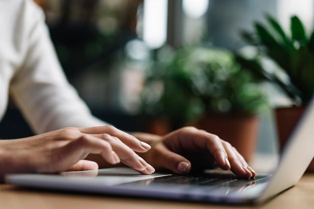 Nahaufnahme hände, die auf tastatur tippen Premium Fotos