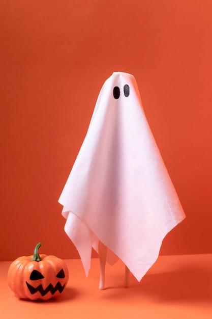 Nahaufnahme halloween-geist mit kürbis Kostenlose Fotos