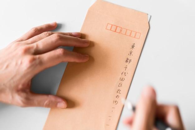 Nahaufnahme hand, die japanische symbole schreibt Kostenlose Fotos