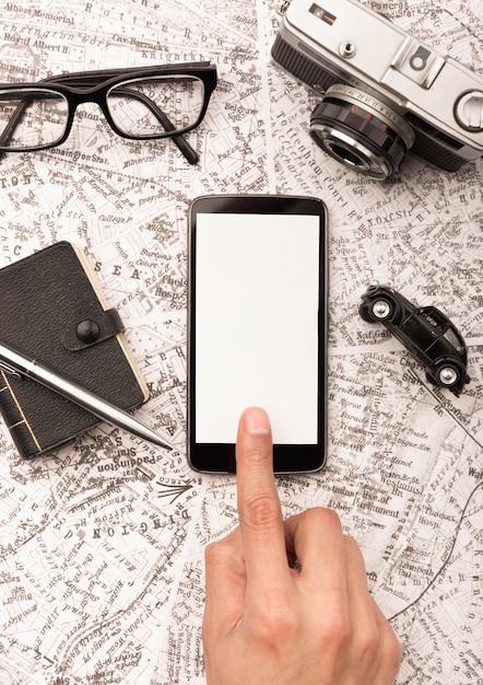 Nahaufnahme hand, die smartphone berührt Kostenlose Fotos