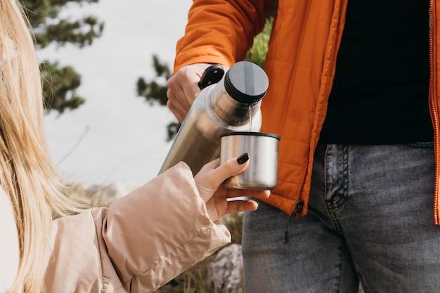 Nahaufnahme hand, die wasser gießt Kostenlose Fotos