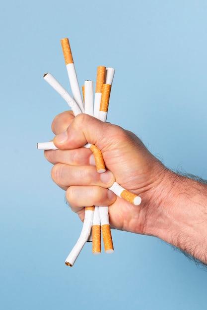 Nahaufnahme hand, die zigaretten drückt Kostenlose Fotos