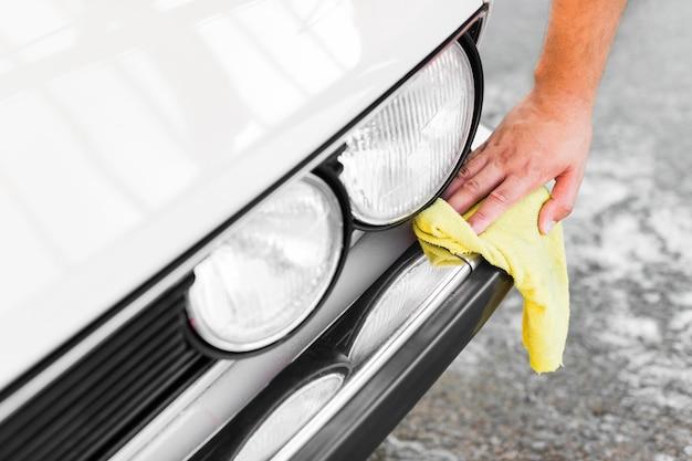 Nahaufnahme handreinigung auto mit tuch Premium Fotos