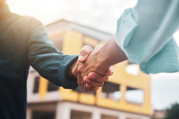 Nahaufnahme ingenieur schütteln hand auf der baustelle im konzept teamwork erfolg erfolgspartner Premium Fotos