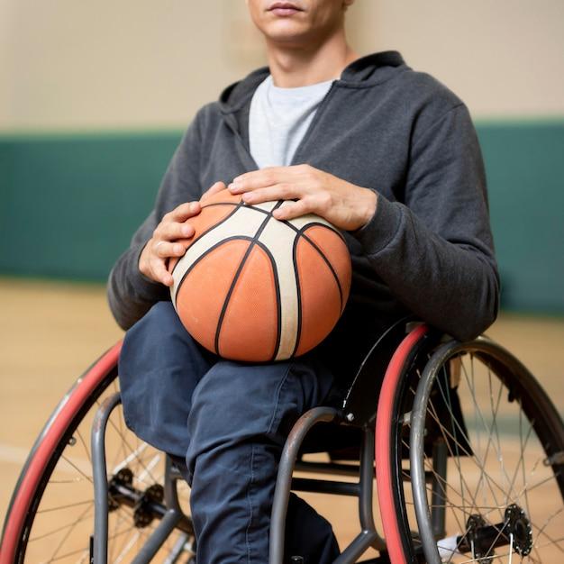 Nahaufnahme junger behinderter mann, der ball hält Kostenlose Fotos