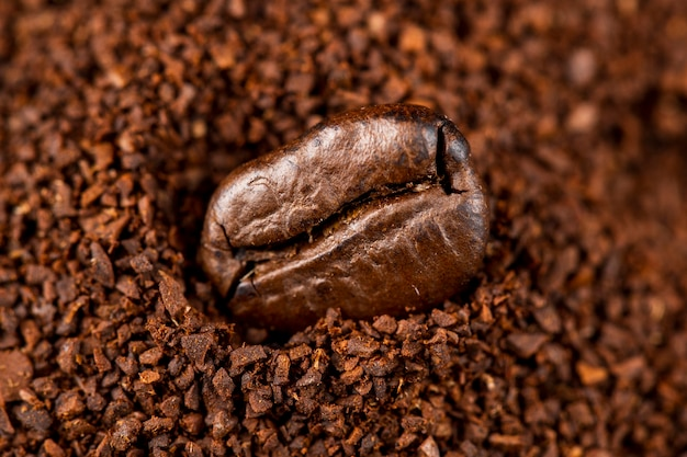 Nahaufnahme kaffeebohne in kaffeepulver Kostenlose Fotos