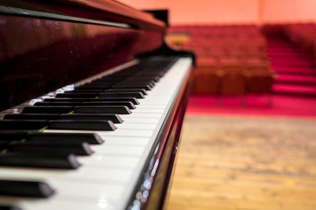 Nahaufnahme klavier vor dem aufführungsraum Kostenlose Fotos