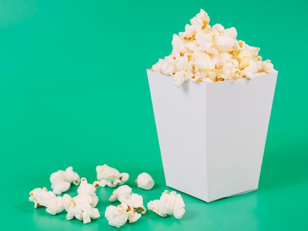 Nahaufnahme köstliches gesalzenes popcorn bereit, serviert zu werden Kostenlose Fotos