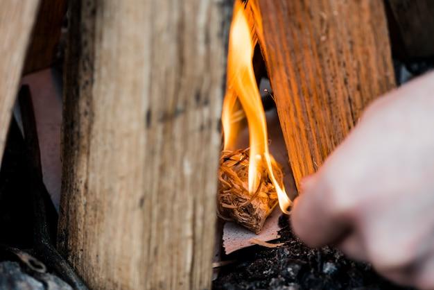 Nahaufnahme lagerfeuer mit streichholz abgefeuert Kostenlose Fotos