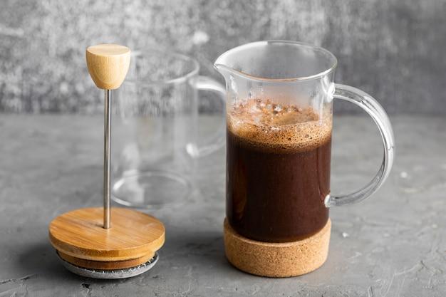 Nahaufnahme leckeren frischen kaffee bereit zum servieren Kostenlose Fotos