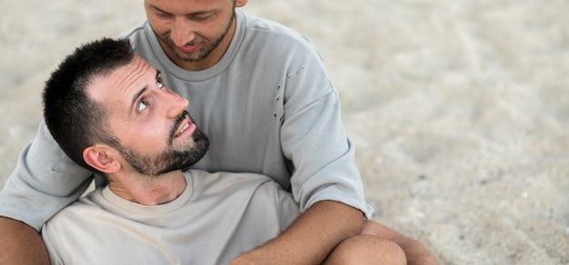 Nahaufnahme männer, die sich gegenseitig halten Kostenlose Fotos