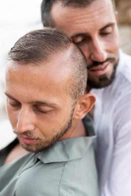 Nahaufnahme männer, die sich gegenseitig halten Premium Fotos