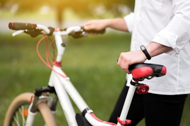 Nahaufnahme männlich bereit, fahrrad im freien zu fahren Kostenlose Fotos