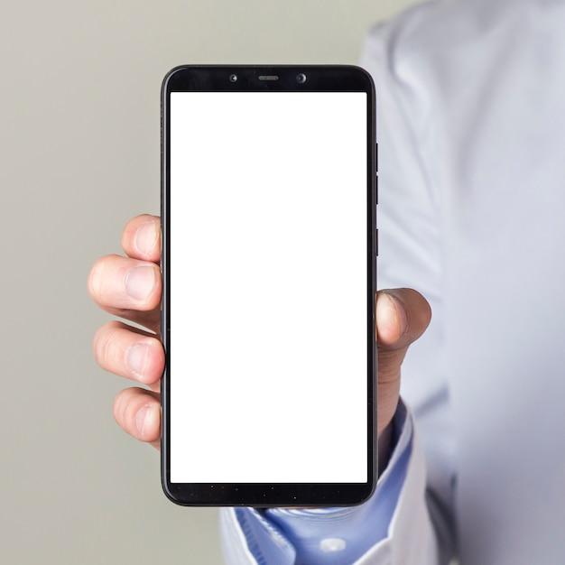 Nahaufnahme männlicher doktors hand, die smartphone mit weißer bildschirmanzeige zeigt Kostenlose Fotos