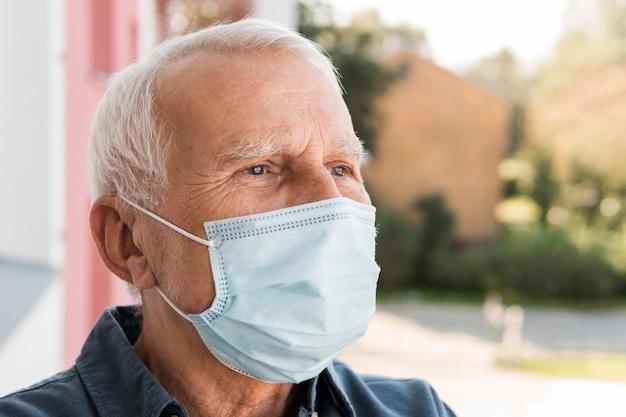 Nahaufnahme mann, der medizinische maske trägt Premium Fotos