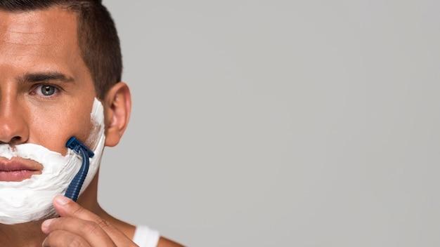 Nahaufnahme mann, der mit kopierraum rasiert Premium Fotos