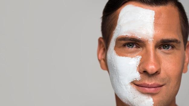 Nahaufnahme mann mit gesichtsmaske und kopierraum Premium Fotos