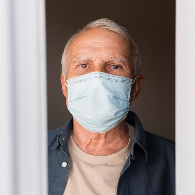 Nahaufnahme mann mit maske drinnen Premium Fotos