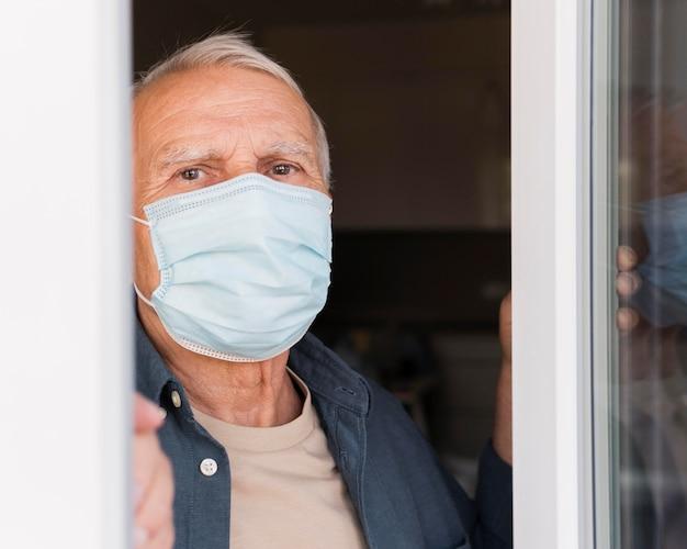 Nahaufnahme mann mit medizinischer maske Premium Fotos