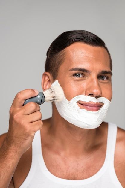 Nahaufnahme mann mit rasierschaum Premium Fotos