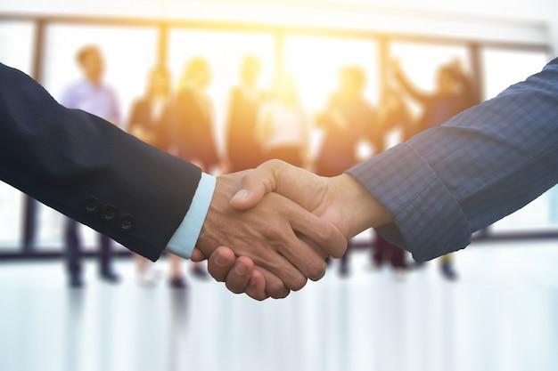 Nahaufnahme menschen hände schütteln geschäftspartnerschaft erfolg, hand schütteln konzept, business team meeting in office teamwork planung marketing-projekt Premium Fotos