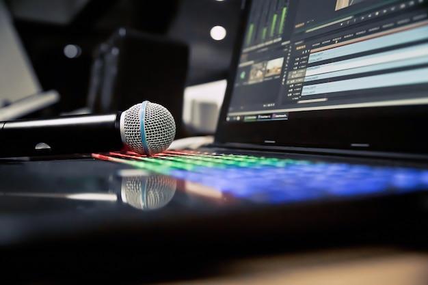 Nahaufnahme mikrofon im studio. Premium Fotos
