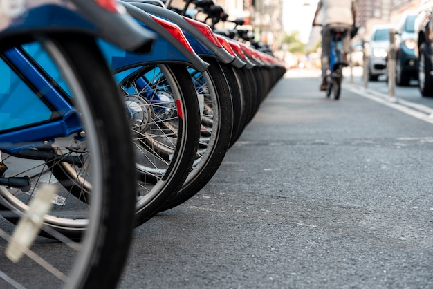 Nahaufnahme mit fahrrädern und unscharfem städtischem hintergrund Kostenlose Fotos