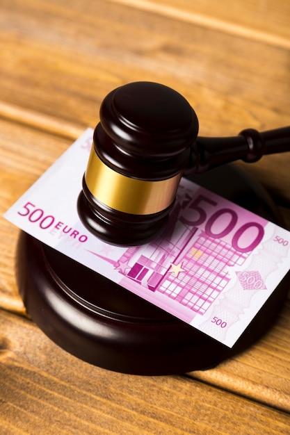 Nahaufnahme mit richterhammer auf banknote des euros 500 Kostenlose Fotos