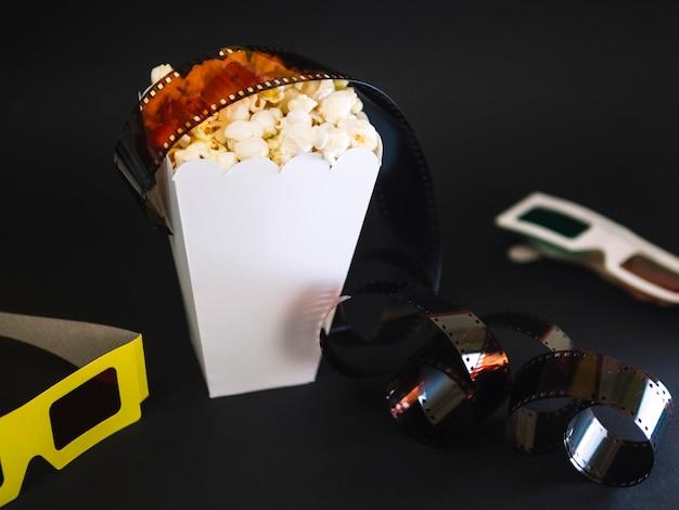 Nahaufnahme popcorn box auf dem tisch Kostenlose Fotos