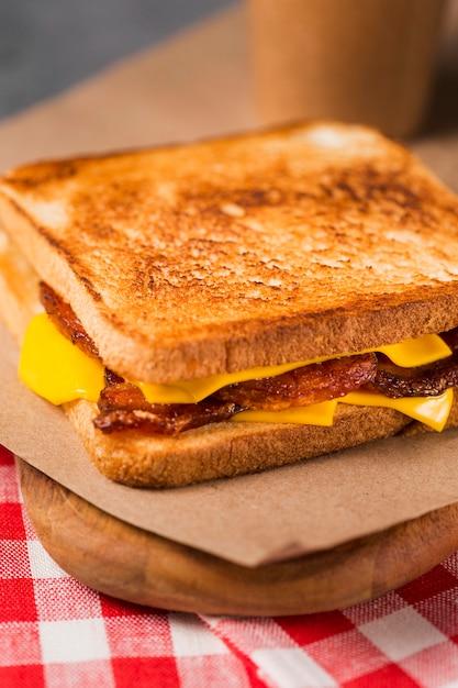 Nahaufnahme sandwich mit speck und käse Kostenlose Fotos