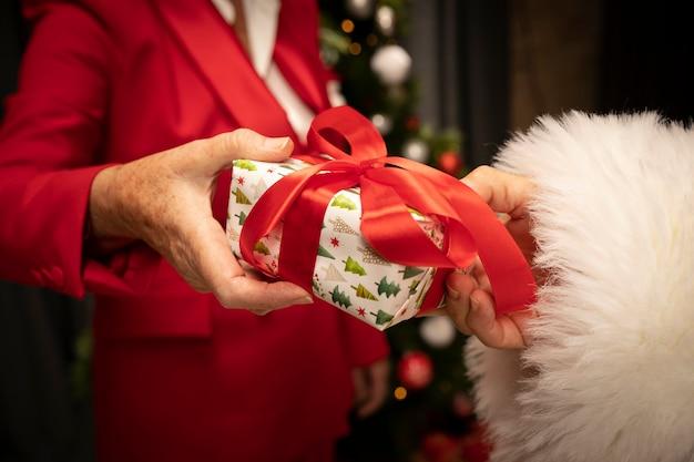 Nahaufnahme sankt, die weihnachtsgeschenk empfängt Kostenlose Fotos