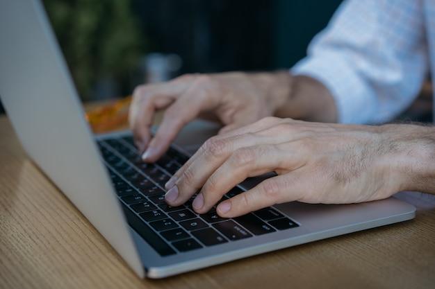 Nahaufnahme schoss hände mit laptop und internet Premium Fotos