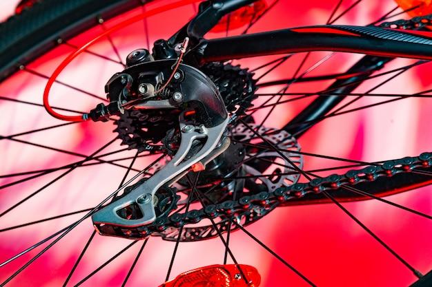 Nahaufnahme schoss vom hinteren umwerfer des neuen fahrrades im roten künstlichen blitz Premium Fotos