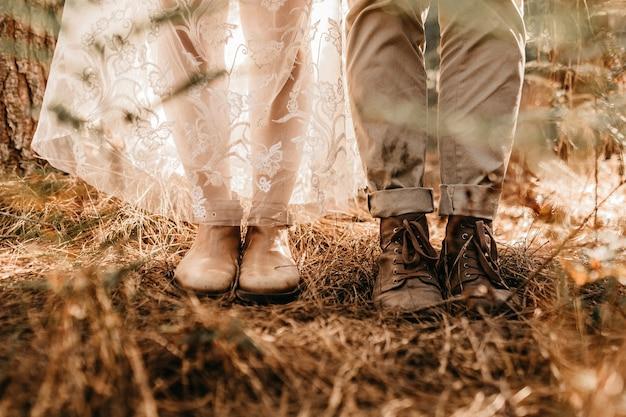 Nahaufnahme schuss einer frau beine in einem weißen kleid und weißen stiefel Kostenlose Fotos