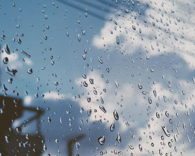 Nahaufnahme schuss von regentropfen auf einem glasfenster Kostenlose Fotos