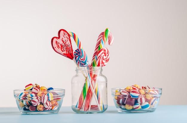 Nahaufnahme schuss von zuckerstangen und anderen süßigkeiten in gläsern - perfekt für eine coole tapete Kostenlose Fotos