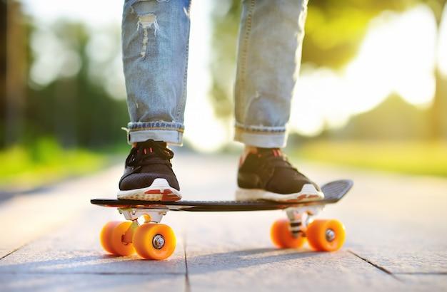 Nahaufnahme skateboarding. aktive sportliche frau, die spaß im park hat Premium Fotos