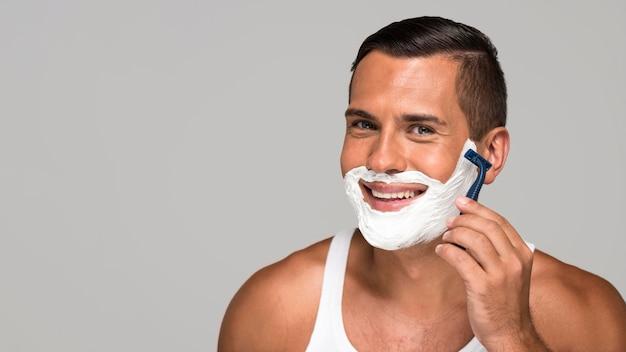 Nahaufnahme smiley-mann rasieren Premium Fotos