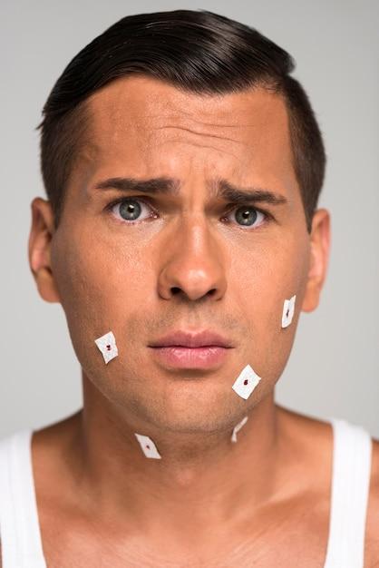 Nahaufnahme trauriger mann, der rasurschnitte hat Premium Fotos