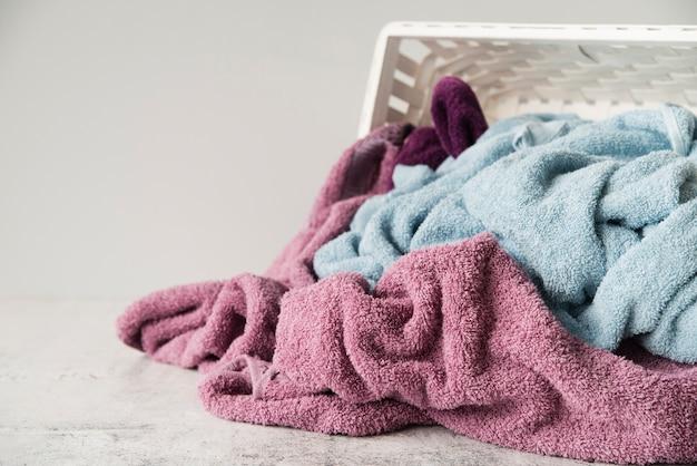 Nahaufnahme umgeworfener wäschekorb Kostenlose Fotos